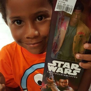 Por que a foto deste garoto negro com um boneco de Star Wars foi censurada no Facebook. Por Cidinha da Silva