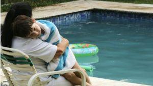 Logo no início de 'Que horas ela volta?', a personagem de Regina Casé (a empregada Val) aparece vestindo branco ao cuidar do filho dos patrões, mas sem entrar na piscina