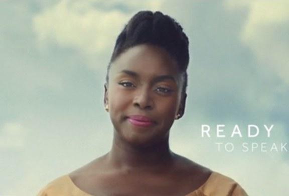 Escritora Chimamanda Adichie brilha em nova campanha da linha de maquiagem Boots No7