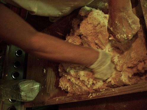 """L'arte dello """"scanare"""": impastare con i pugni, con gran vigore, rigirando la pasta agli angoli, man mano che diventa liscia"""
