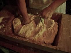 Procedere incorporando la farina ai lati fino alla fine, insieme all'acqua tiepida