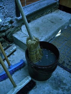 Si intinge la scopa nell'acqua, la si batte ad un albero per evitare le gocce eccessive e si inserisce nel forno