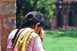 Pregare all'improvviso in un prato, India 2010