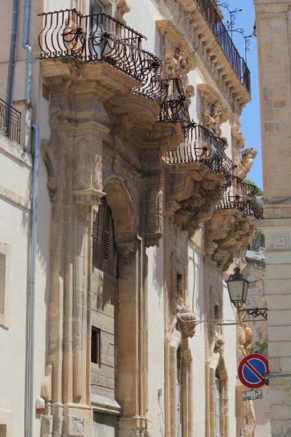 dettagli facciata barocco scicli val di noto sicilia