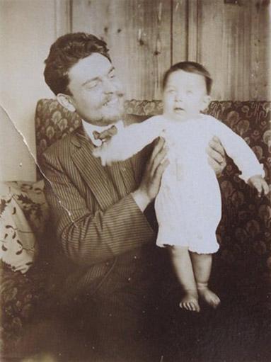 1911 – Papà Bepo e Nino a 6 mesi in casa a Visco