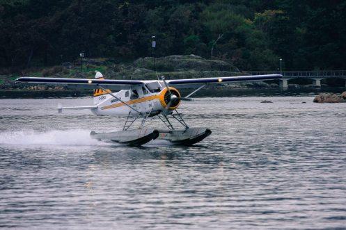 Ein Wasserflugzeug landet im Hafen von Victoria, Vancouver Island