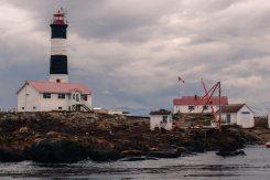 Leuchtturm auf einer kleinen Robbeninsel vor Vancouver Island