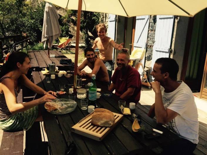 repas entre ami au gite de meolans