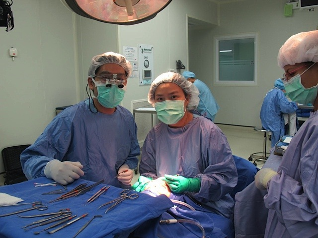 Dr. Nattawut and Dr. Aree in the operating room