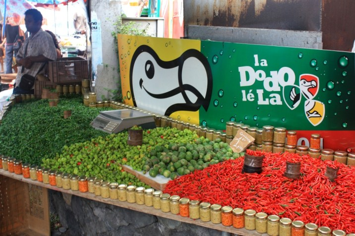Piments et combavas sur fond de Dodo- marché St Paul - La Réunion