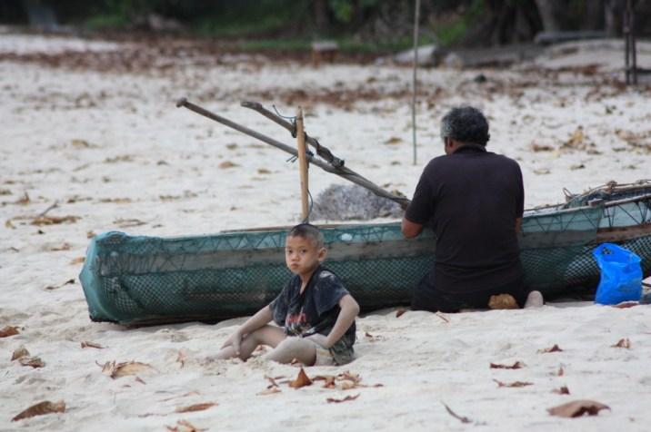 Un pêcheur et son fils sur la plage de Lo Paret