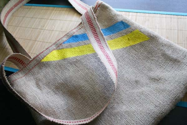 It's easy as pie to make a beachy DIY tote bag from an old coffee sack and a bit of webbing. Here's how!