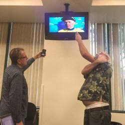 Kollegen im Presseraum nehmen ein paar O-Töne von Tom Skujins