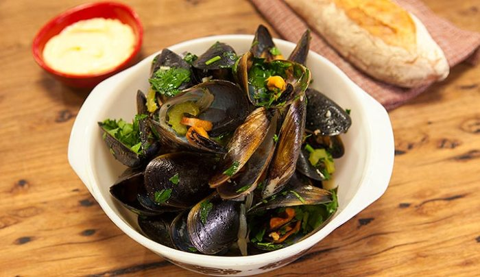 Mussels Steamed with Beer, Garlic & Bacon - Good Chef Bad Chef