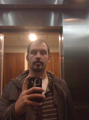 Daniel, con bigote