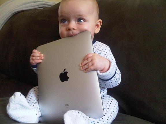Bebé con iPad