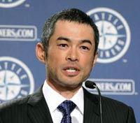 ヤンキースへの移籍記者会見をするイチロー