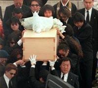 hideさんの棺をかかえるXジャパンのメンバー