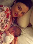 ミランダ・カー 授乳する写真