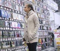 家電量販店でスマホケースを見るリプニツカヤ