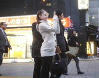 新宿の街並みをスマホで撮影するリプニツカヤ