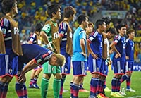 グループリーグ敗退が決まりスタンド前に並ぶ日本代表