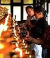 雪崩の犠牲者を悼む遺族