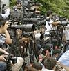 保釈を待つ大勢の報道陣