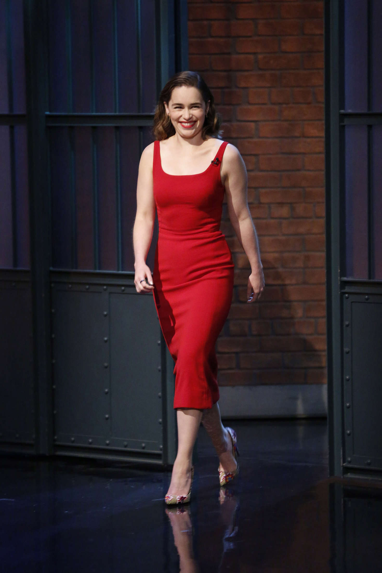 Girl With Wallpaper Dress Emilia Clarke Visits Late Night With Seth Meyers 06