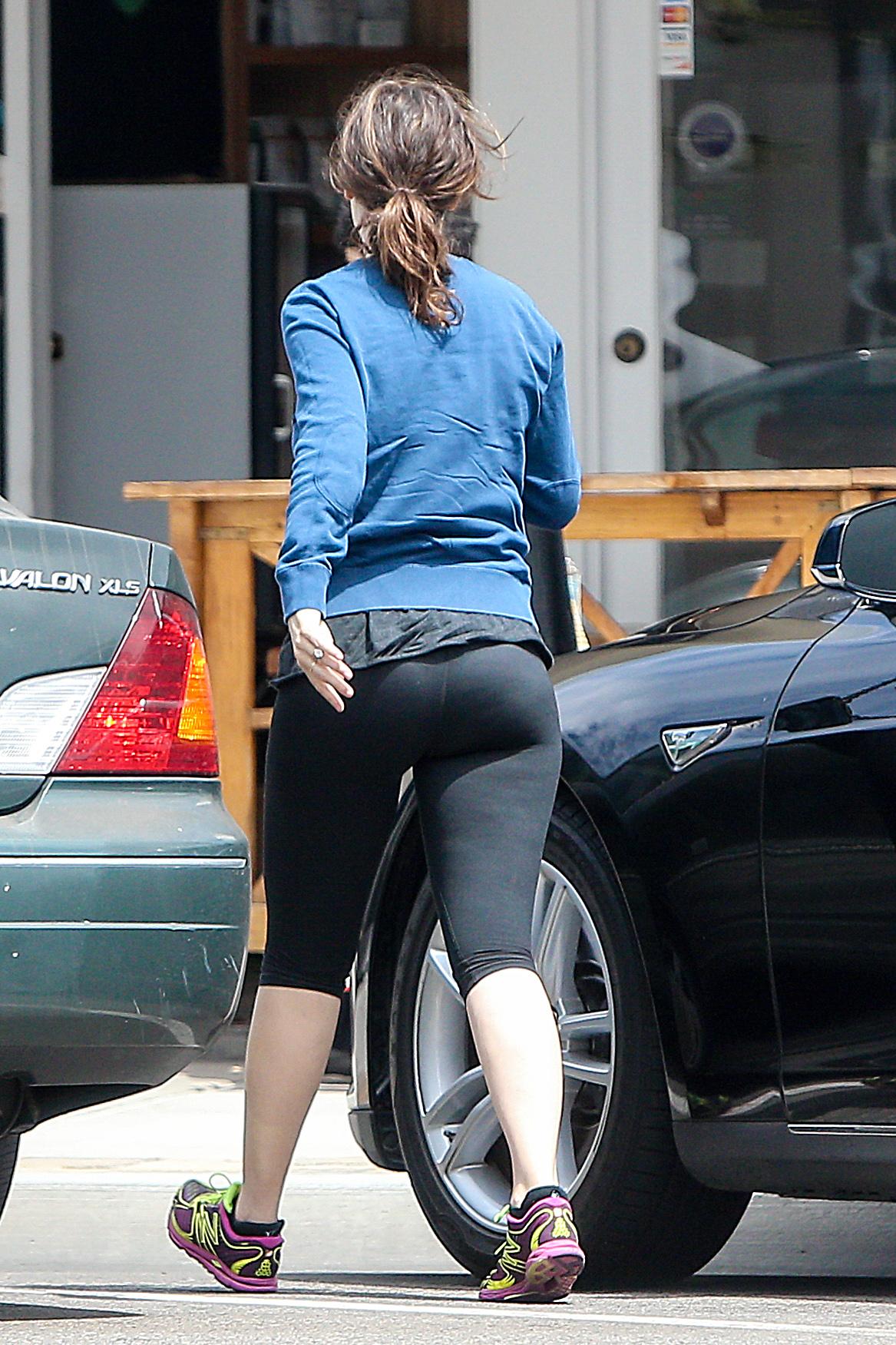 Girl In Yoga Pants Wallpaper Zooey Deschanel In Tights 13 Gotceleb