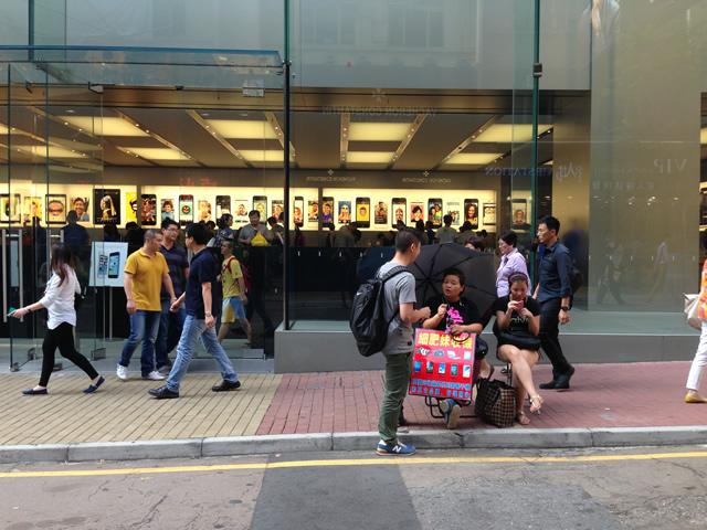 Apple Storeの前で端末買いますとオバサン