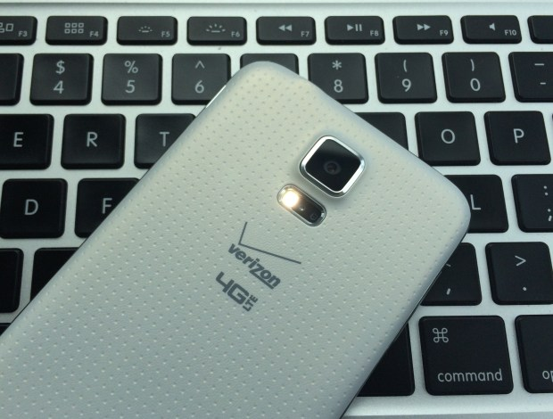 Learn how to use the Galaxy S5 flashlight that is included with the phone.