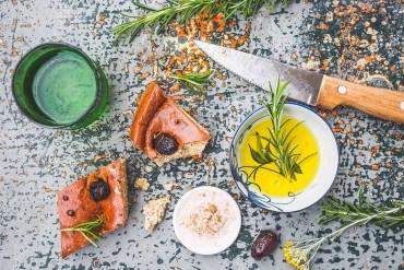 Mediterranes Low Carb Focaccia-Brot mit Oliven und Rosmarin  GourmetGuerilla.de
