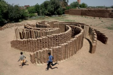 Mud and Mirrors Make Interactive Eco-Art in Morocco