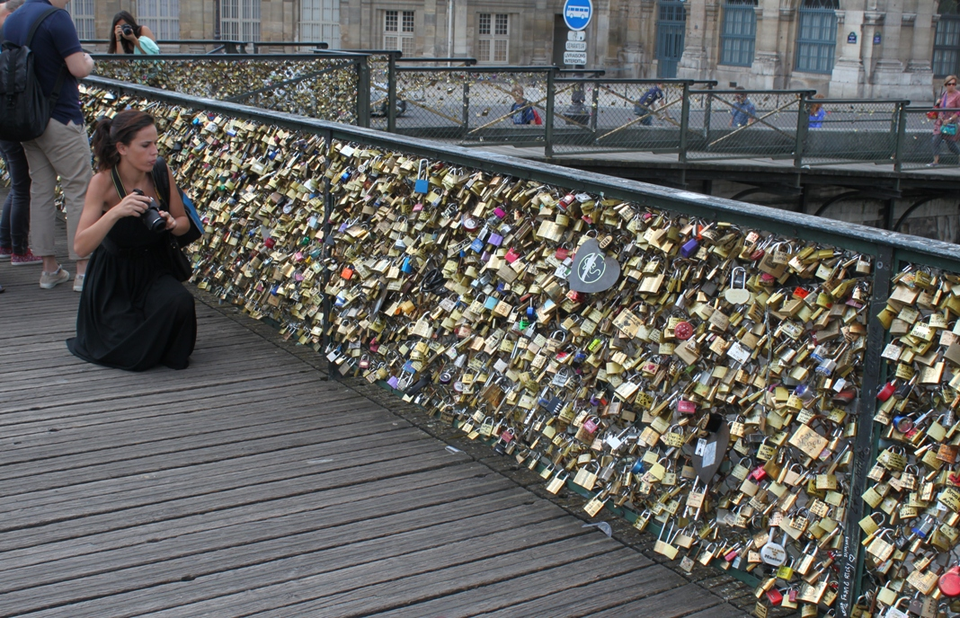 Algeria s controversial love lock bridge rebrands suicide for Locks on the bridge in paris
