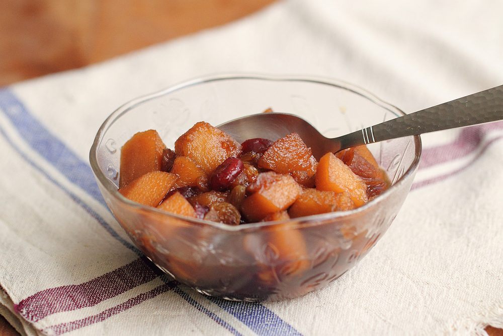Sweet and sour quinces with dried fruits