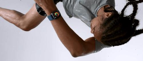 Apple Watch 4 wykonuje akrobacje / fot. Apple