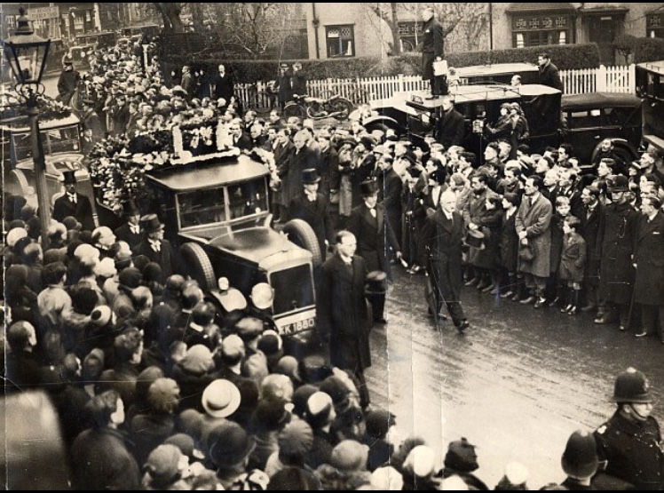 The crowds line the streets for Herbert Chapman's funeral