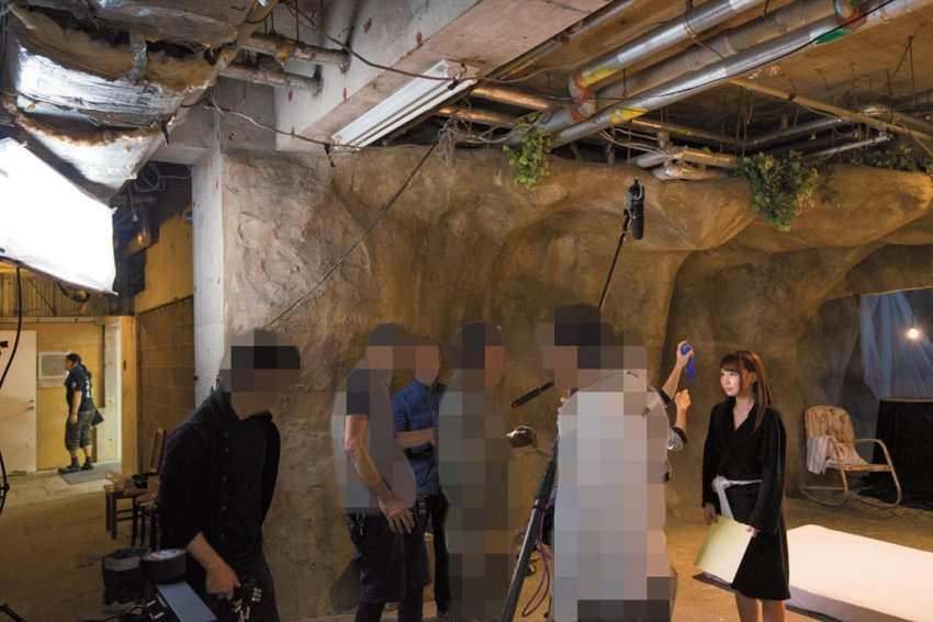 Situasi di lokasi syuting, aktris melakukan persiapan akhir dan staf siap diposisi masing-masing.