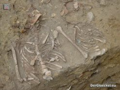 freigelegte Kindergräber im Außenbereich der Volksschule