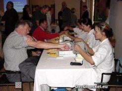 Fachkräfte des HILFSWERKS messen Blutzucker-, Blutdruck- und Cholesterinwerte der Besucher