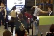 Rasende flypassasjerer kastet mat på ansatte