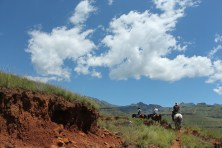 Vanaf de Zuid-Afrikaanse grens moeten we 1000 meter over smalle bergpaden stijgen om in het afgelegen Sehlabathebe te geraken.