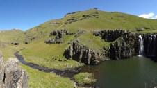 Het landschap bij de waterval is schitterend. Als je nog een beetje hoger klimt zie je misschien wilde paarden galopperen, want achter deze vallei ligt The valley of the wild horses.