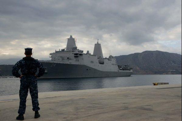 Το USS Arlington αγκυροβολεί στην αποβάθρα στο Μαράθι  τον περασμένο Οκτώβρη. Φωτογραφία που δόθηκε στη δημοσιότητα  μέσα από τα κοινωνικά δίκτυα της Βάσης.