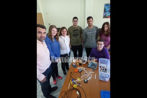 Μέλη της ομάδας ρομποτικής του 1ου Ενιαίου Λυκείου Χανίων με τους καθηγητές τους Ν. Σιδηρόπουλο και Γ. Κυριακάκη