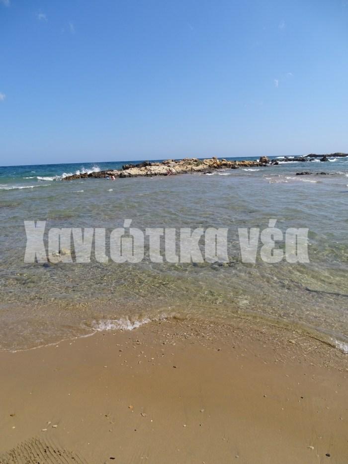 """Παλαιότερα οι βράχοι συνδέονταν με """"λουρίδα"""" άμμου με την παραλία, η οποία τα τελευταία δύο χρόνια έχει σχεδόν εξαφανιστεί"""