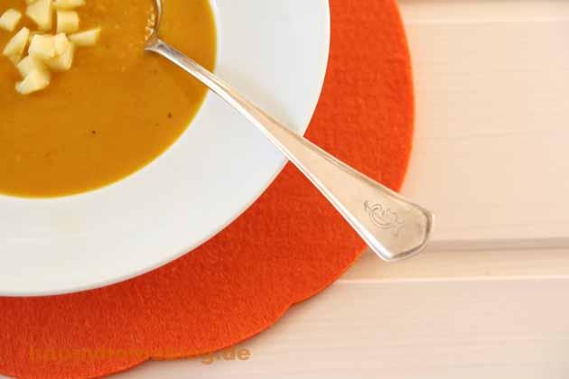 Kürbissuppe wird auf jedenfalls mit dem Silberlöffel von Oma Trude gelöffelt