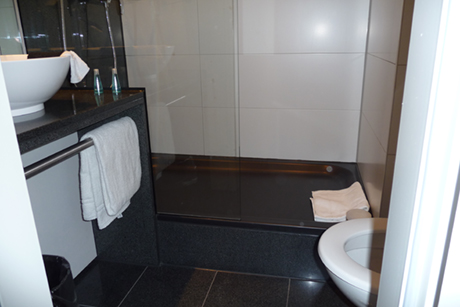MOTEL-ONE-MUENCHEN-BATHROOM-03