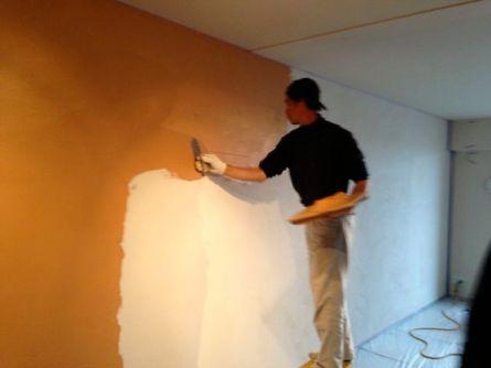 『甘木土漆喰』 薄くマンションの壁に塗る0